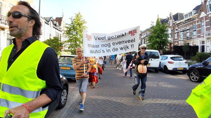 Protestmars tegen betaald parkeren in wijk Zandberg in Breda.