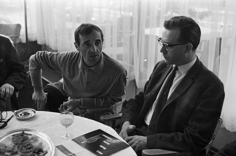 Charles Aznavour geeft in Hilversum in 1963 een persconferentie voorafgaand aan zijn optredens in Rotterdam, Amsterdam en Den Haag. Beeld anp