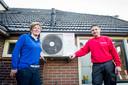 Alwine de Raad uit Eibergen met het buitendeel van haar nieuwe warmtepomp die door installateur Martin Koopman is geplaatst.