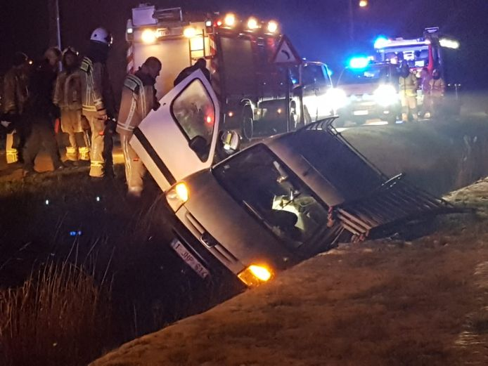 Het ongeval gebeurde in de Diksmuidestraat in Sint-Pieters-Kapelle bij Middelkerke. De bestuurder kon op eigen houtje uit de wagen kruipen.