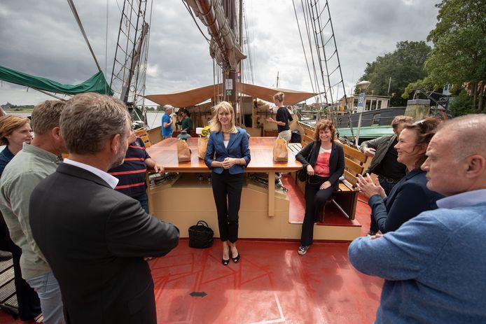 Staatssecreatris Mona Keijzer (CDA) van Economische Zaken en Klimaat was vorige zomer op werkbezoek bij de bruine vloot in Kampen.
