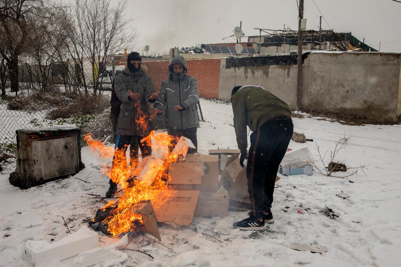 Inwoners van de Madrileense wijk Cañada Real gebruiken onder meer gas en houtkachels om zich warm te houden. Beeld Getty Images