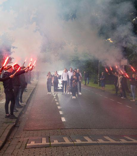 Honderden jongeren vormen in Eerbeek erehaag voor in Apeldoorn verongelukte Stijn (23): 'Toont hoeveel mensen om hem gaven'