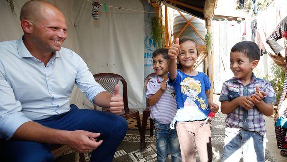 Theo Francken tijdens een bezoek aan een vluchtelingenkamp voor Syrische vluchtelingen in Libanon.