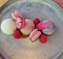 Macarons, framboosjes en een viooltje.