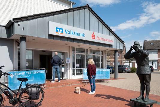 Het testcentrum is gehuisvest in het pand van de Volksbank in Suderwick.