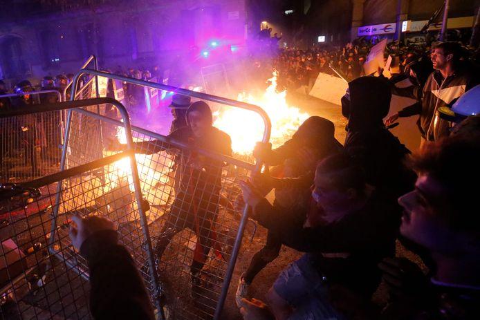 Les 'Mossos D'Esquadra' affrontent les manifestants venus protester contre les peines des indépendantistes condamnés par la cour suprême