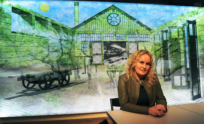 Lisette Huizenga voor haar houtzagerij, met in het hart een foto van de zagerij van houthandel Alberts.