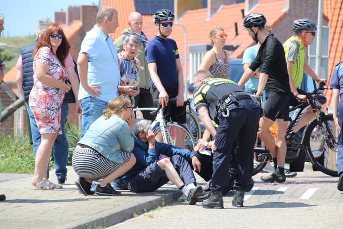 Volgens ooggetuigen gaat het om een man met lang blond haar op een zwarte scooter. Hij zou een rugzak en een skateboard, surfplank of snowboard bij zich hebben.