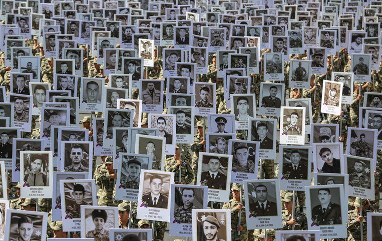 Strijdkrachten van het Azerbeidzjaanse leger eren tijdens een mars door de straten van hoofdstad Bakoe de soldaten die zijn omgekomen in de strijd om de controle over de regio Nagorno-Karabach. Het conflict woedt al sinds de jaren tachtig en heeft naar schatting aan duizenden mensen het leven gekost.  Beeld EPA
