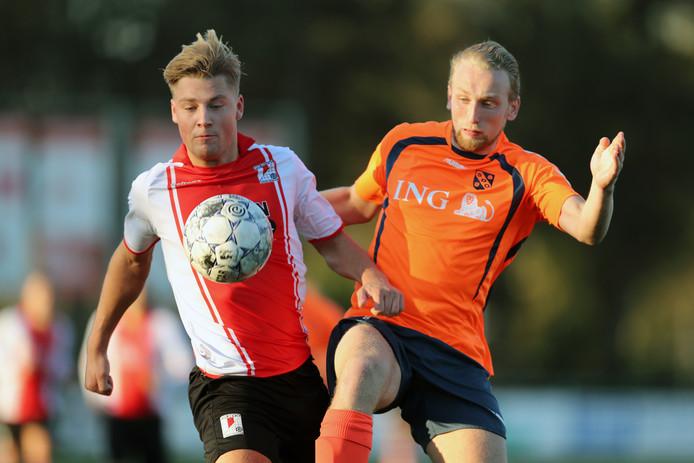 Jeremy van Lochem (links) maakte de eerste twee doelpunten voor RKAVV in het met 4-0 gewonnen duel met SDO.