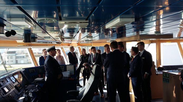 Koning Willem-Alexander krijgt uitleg op de zeesleper de Guardian.