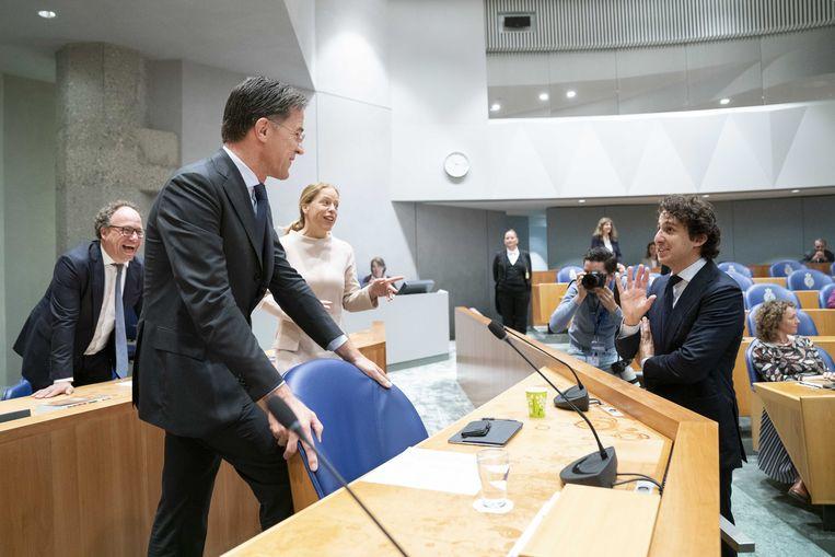Demissionair premier Mark Rutte praat met Jesse Klaver van GroenLinks voorafgaand aan de eerste dag van de Algemene Politieke Beschouwingen. Beeld ANP