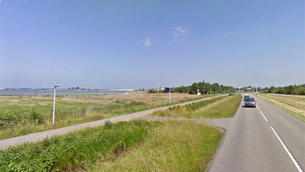 De Ommedijkseweg met links in beeld het Valkenburgse Meer.
