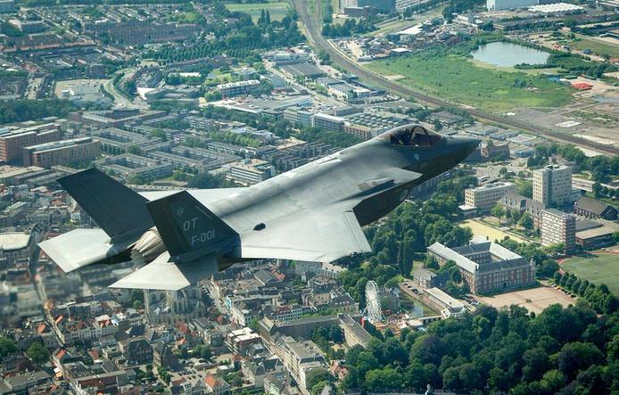 JSF boven KMA en centrum Breda tijdens voorstelrondje over Nederland. Foto Defensie / Frank Cebras