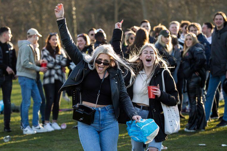 Groepen jongeren in het Haagse Westbroekpark. Beeld Arie Kievit