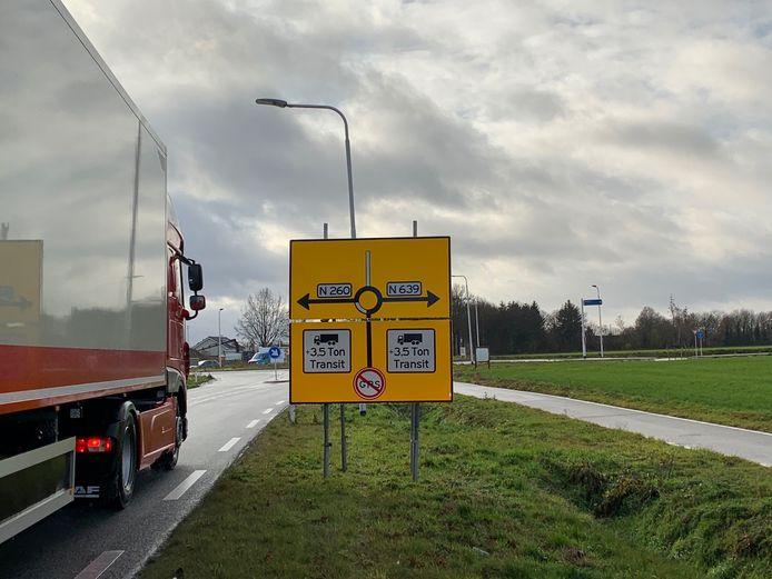 Adviesborden bij de randweg van Baarle-Nassau moeten voorkomen dat vrachtverkeer toch nog door het centrum rijdt.