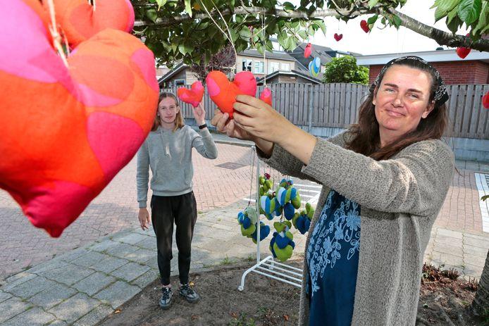 Maaike van Rijn, kunstenares uit Amstelhoek, hangt samen met Isabelle van Egmond harten op in bomen.