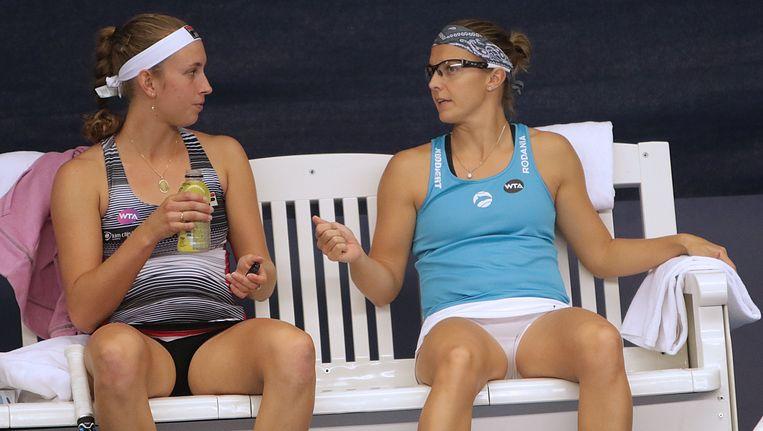 Kirsten Flipkens (rechts) naast Elise Mertens. Beeld Photo News