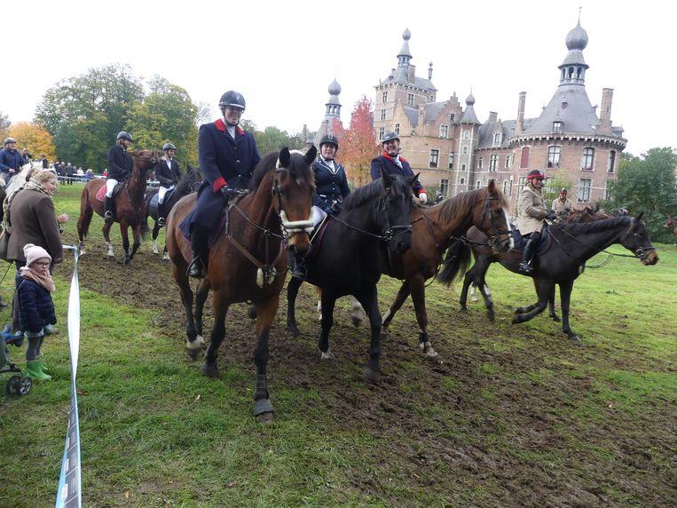 De Sint-Hubertusviering is een gezellige bijeenkomst voor paardenliefhebbers.