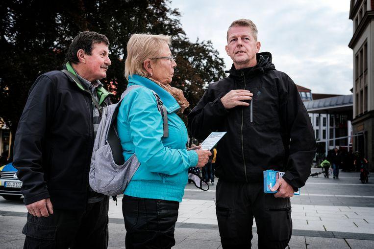 Karsten Hilse (rechts), lid van de Bondsdag en AfD-kandidaat, op campagne in Bautzen. Beeld Daniel Rosenthal