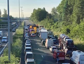 E40 in Sint-Denijs-Westrem volledig versperd richting Brussel na ongeval met twee bestelwagens