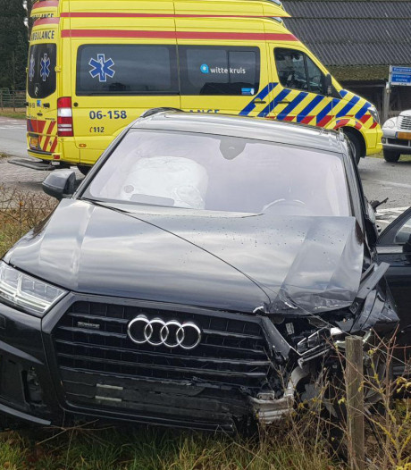 Auto's botsen op Vlasspreideweg in Aalten: veel schade, geen gewonden