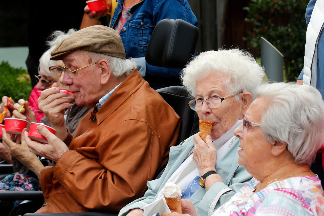 De ouderen lieten zich de ijsjes goed smaken.