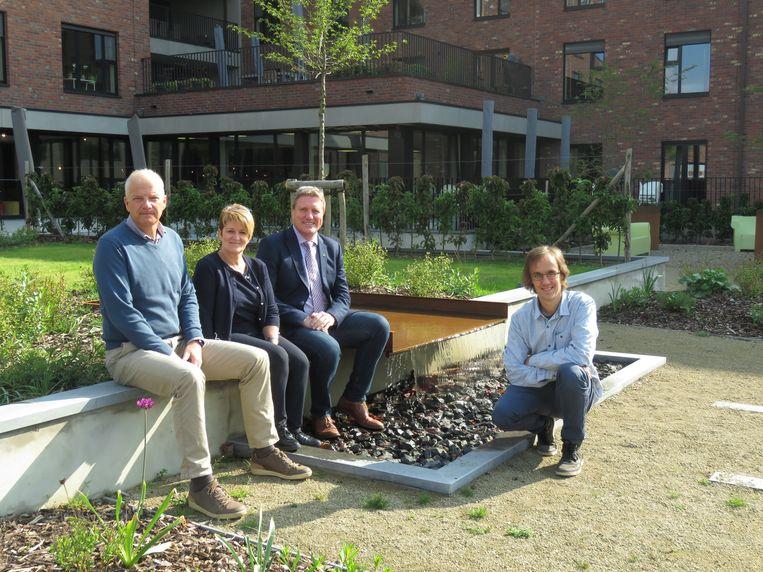 Dries Messeyne, Marian Claeys, Bart Wenes en Stijn Dusselier verwelkomen iedereen met open armen in de tuin van De Waterdam voor het festival van de dienstencentra.