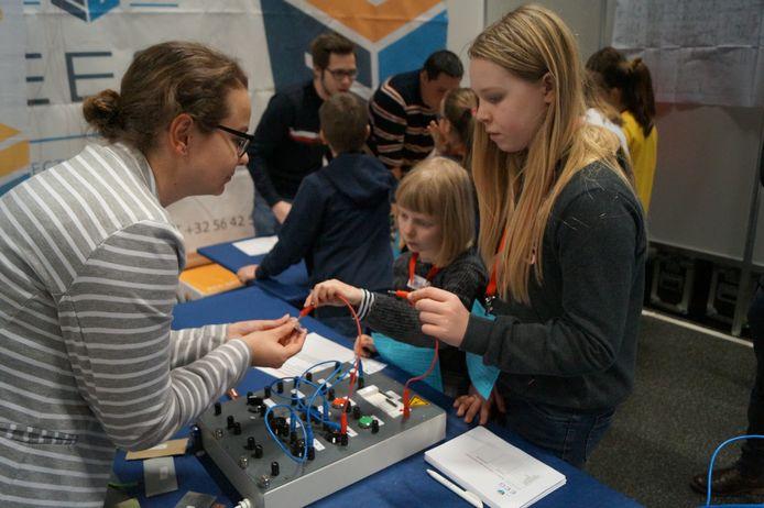 Deze meiden leren hoe een schakelbord werkt.