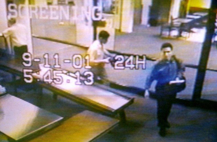 Mohamed Atta (rechts) passeert de security op de luchthaven. Enkele uren later zouden de luchtverkeersleiders plots zijn stem vanuit de cockpit van vlucht 11 horen.  Beeld REUTERS