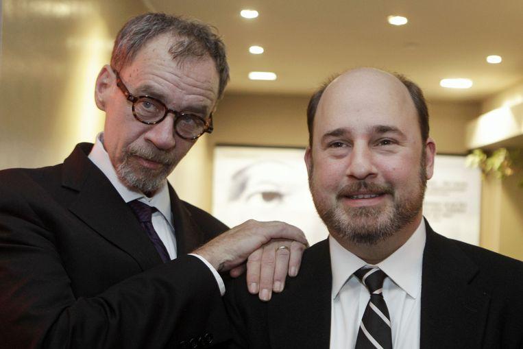 David Carr (l) poseert samen met regisseur Andrew Rossi, voor de Franse première van 'Page One: A Year Inside The New York Times', in 2011. Beeld AP