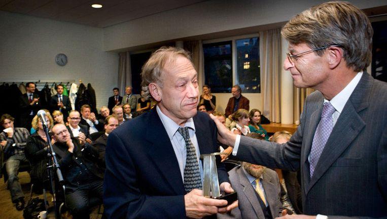 Rob Hamerslag (links) krijgt de prijs van Germ Kemper, deken van de Amsterdamse Orde van Advocaten. Foto Klaas Fopma Beeld