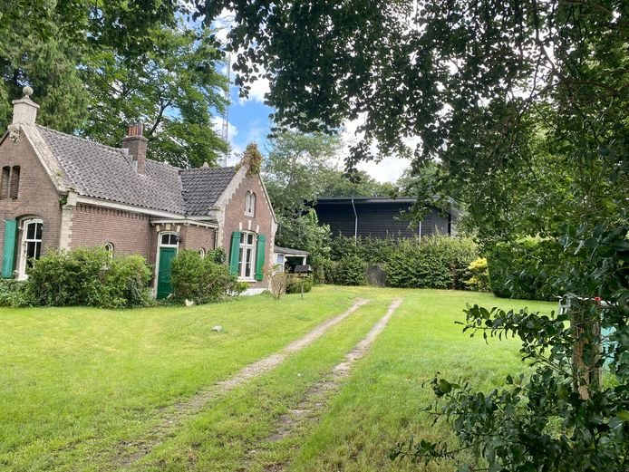 Het gebouw dat er zonder vergunning is geplaatst, staat achter de monumentale tuinmanswoning aan de Sonnenberglaan in Oosterbeek. De rechter dwingt de gemeente Renkum nu om te handhaven.