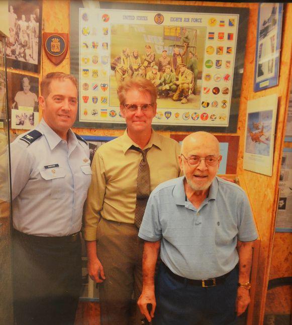 Rick Mangan (midden), de neef van de verongelukte piloot en Henry Schultz (rechts), het enige nog levende bemanningslid, drie jaar geleden in het WOII-verzetsmuseum in Haaltert.