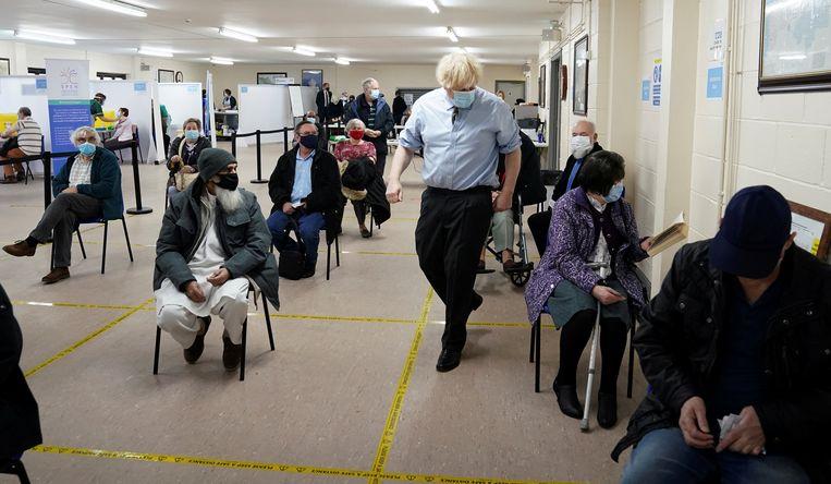 Boris Johnson gaat langs in een vaccinatiecentrum in Batley. Beeld REUTERS