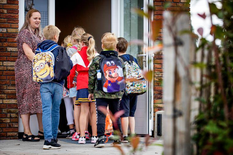 Leerlingen komen aan op een basisschool in Oosthuizen op de eerste dag van het nieuwe schooljaar in de regio Noord. Beeld ANP