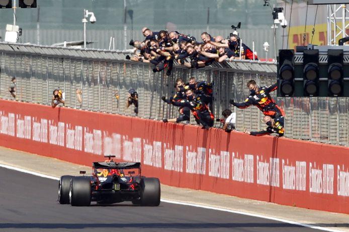 Dolle vreugde bij Red Bull nadat Max Verstappen wint op Silverstone.