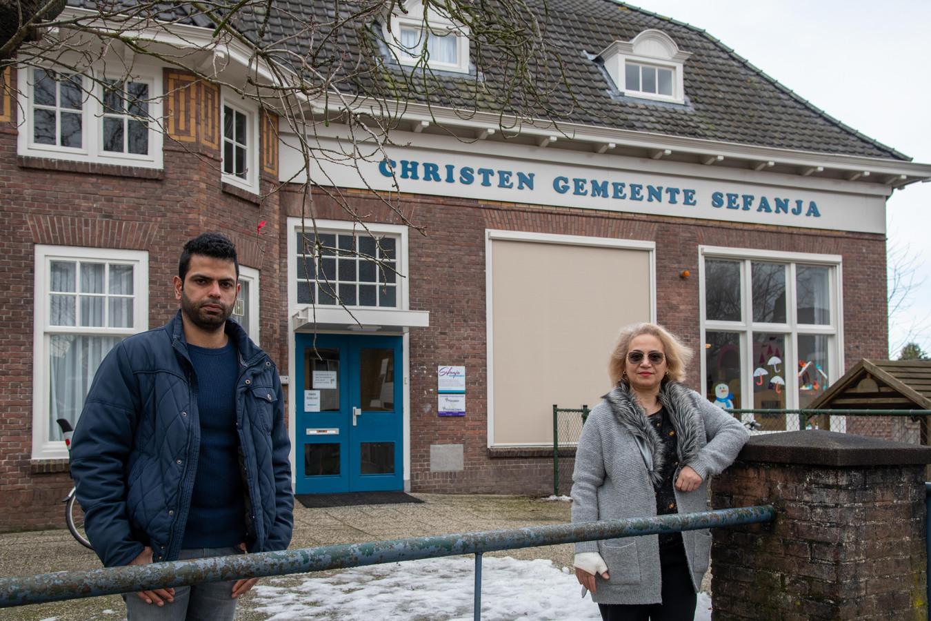 Amir en Jami bij het gebouw van Christen Gemeente Sefanja aan de Stationslaan, waar ze elkaar jaren geleden al troffen.