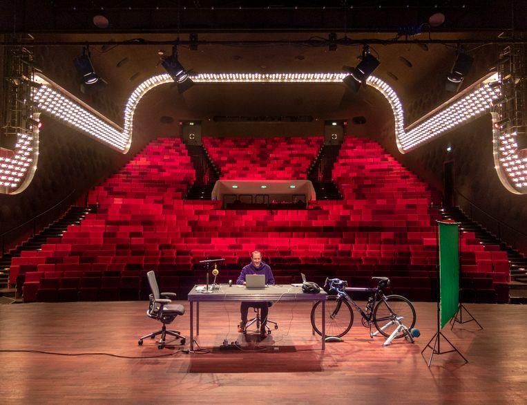 Micha Wertheim speelt 'Niemand anders' in het Oude Luxor in Rotterdam. Beeld Gijsbert van der Wal