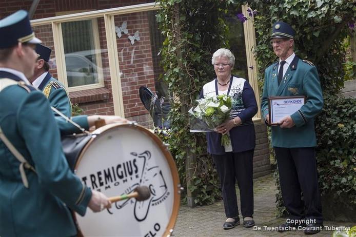 Frans Hazekamp en zijn vrouw kregen een serenade van de St.Remigiusharmonie.