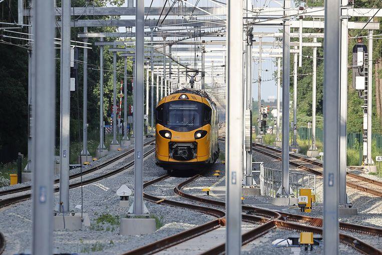 De nieuwe intercity tijdens een testrit op het station van Driebergen-Zeist. De treinstellen zullen worden ingezet op het hoofdrailnet, het klassieke spoorwegnet van de NS, en ook op de hsl-zuid. Beeld Hollandse Hoogte / Nederlandse Freelancers