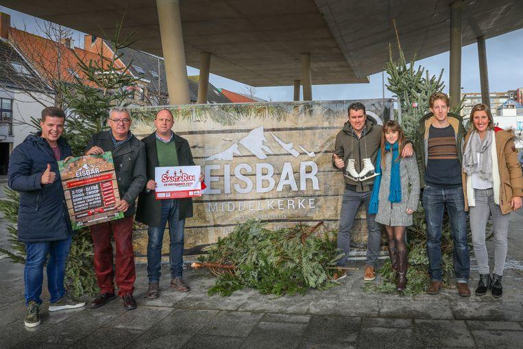 De organisatoren van de Eisbar in Middelkerke, Pieter Gevaert en Pieter Verkeyn, schepen Michel Landuyt, Wim Proot van het Huis van de kerstman en de Santa Run, zangeres Romina en Bram Opstaele en Julie Vermoesen van de dienst evenementen.