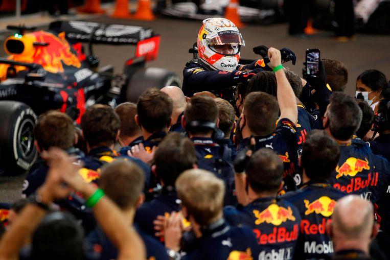 Verstappen viert feest met de medewerkers van zijn raceteam. Beeld AFP