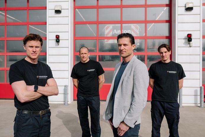 De brandweermannen van Kazerne Anton in Zuidoost die recentelijk betrokken waren bij het bevrijden van een baby uit een vuilcontainer. Vlnr: Bjorn Achterberg, Dennis Kunst, Marcel van der Pol en Michiel Muller.