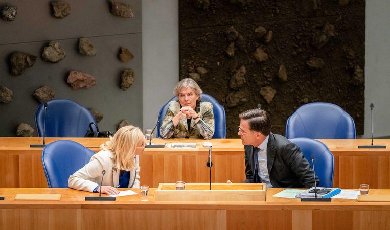 De demissionaire ministers Sigrid Kaag van buitenlandse zaken (links) en Ank Bijleveld van defensie spreken met demissionair premier Mark Rutte tijdens het Afghanistandebat in de Tweede Kamer.  Beeld ANP