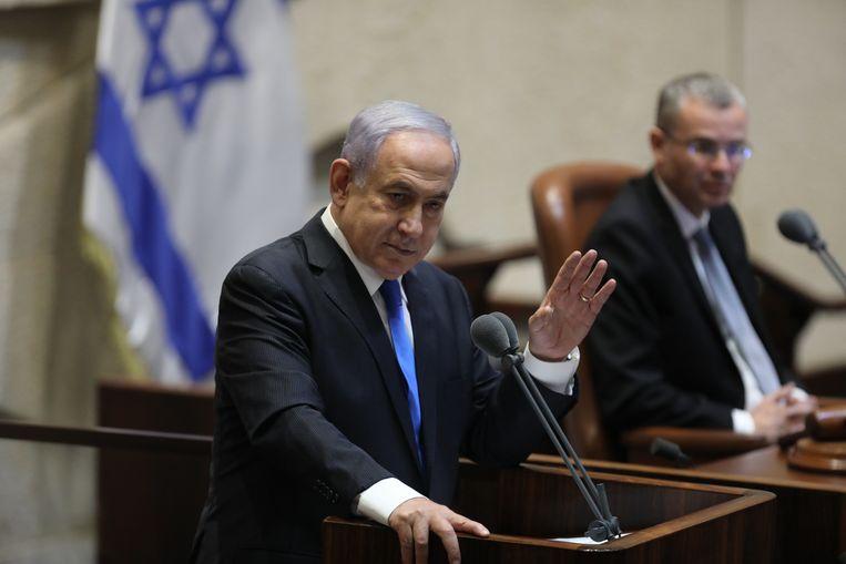 Netanyahu spreekt de Knesset toe voor de stemming over de nieuwe coalitieregering, zonder zijn Likoed. Beeld EPA