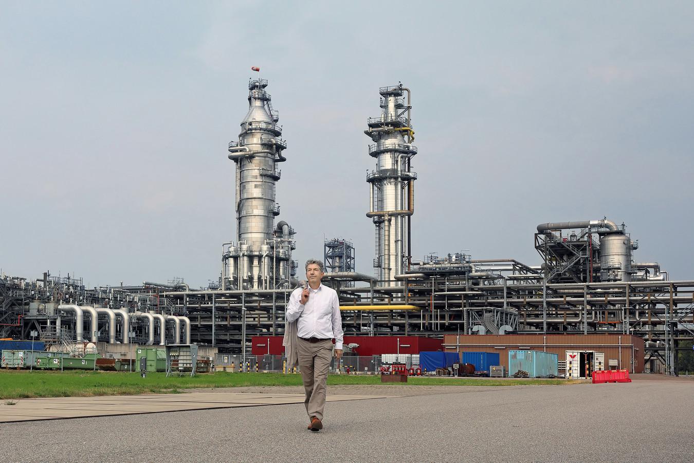 Directeur Shell Moerdijk Paul Buijsingh (58) neemt afscheid na een pittige periode. Hier wandelt hij weg bij de compleet vernnieuwe MSPO, de fabriek die twee dagen na zijn aantreden voor honderden miljoenen euro's beschadigd raakte na een explosie en brand.