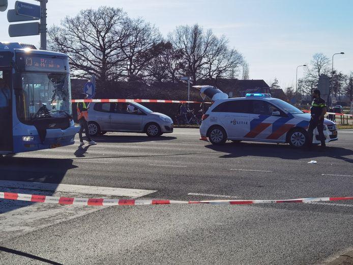 Hulpdiensten bij de bus na het ongeluk in Wageningen zondagmiddag