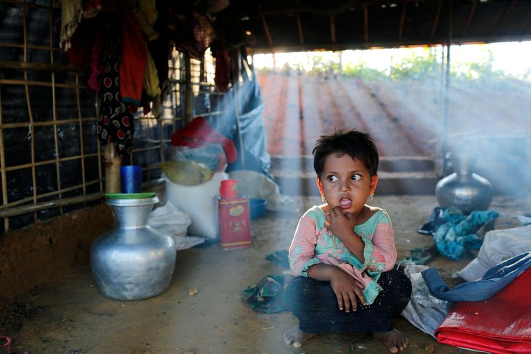A Rohingya girl sits inside a makeshift tent in Balukhali camp, Ukhiya, Coxsbazar, Bangladesh, 10 October 2017.  Beeld EPA